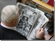 Нардеп-коммунист Валентин Матвеев в Раде рассматривает голых девушек / Заместитель Петра Симоненко на работе не отказывает себе в удовольствии полистать газеты с пикантными фотографиями