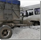 В Запорожье в маршрутку врезался отцепившийся от КамАЗа прицеп
