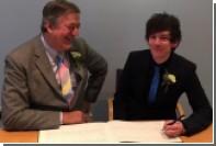 Стивен Фрай заключил брак с 27-летним комиком