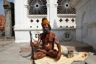 Индиец решил доказать свою святость и сдвинул членом микроавтобус