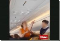 Взбесившуюся пассажирку выгнали из самолета под аплодисменты