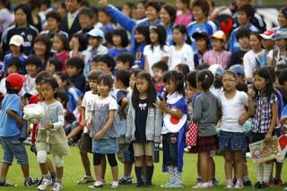 Сто футболистов-школьников проиграли трем игрокам сборной Японии