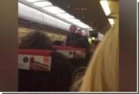 Двух дебоширок вывели из британского самолета под аплодисменты пассажиров