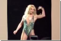 Грудь Бритни Спирс выскочила из комбинезона на концерте