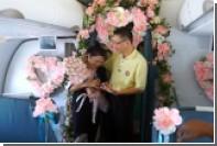 Пассажир устроил сюрприз для жены на борту самолета в честь юбилея свадьбы