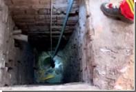 Обнаженный китаец застрял в узкой подземной трубе