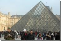 В Париже солдат ранил пытавшегося войти в Лувр человека с ножом и чемоданом