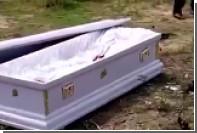 Ганские гробовщики во время похорон забрали труп в качестве залога