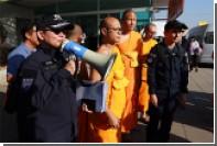 Таиландские монахи подрались с полицией из-за настоятеля-коррупционера
