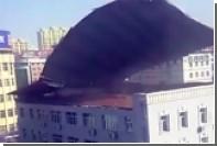 В Китае ветром снесло крышу многоэтажного дома