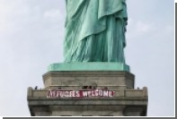 На статую Свободы повесили плакат с приветствием беженцам