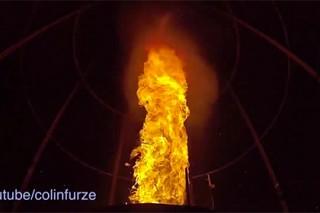 Британец снял на видео созданный им огненный торнадо
