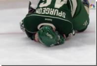 Форвард «Детройт Ред Уингс» ударил соперника клюшкой по лицу в матче НХЛ