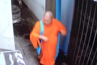 Буддистского монаха застукали за кражей женских трусиков