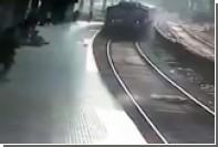 Индиец прыгнул под поезд и выжил