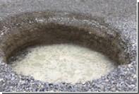 На пляже в Ницце образовалась огромная круглая воронка