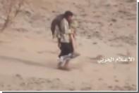 Повстанец-хусит вынес на плечах раненого товарища под обстрелом