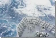 Поглотившую военный корабль волну сняли на видео