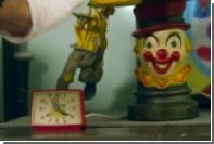 Похожий на Трампа клоун выкурил косяк под дулом пистолета в клипе Снуп Догга