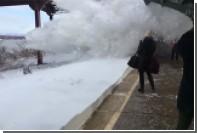 В штате Нью-Йорк прибывший поезд засыпал снегом людей на перроне