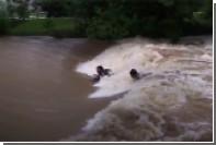 Группа экстремалов занялась серфингом во время шторма