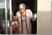 Танец американской пенсионерки на парковке прославился в сети