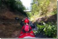 Спуск двух мужчин на каяке по водосточной канаве сняли на видео