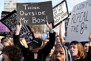 Тысячи ирландок вышли на демонстрацию против запрета абортов