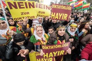 Тысячи курдов вышли в Штутгарте на демонстрацию в честь Новруза
