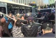 Опубликовано видео столкновений манифестантов с полицией в Сеуле