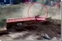 В Перу водитель смытого наводнением грузовика чудом избежал гибели