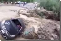 В Перу грязевым потоком снесло автомобиль с водителем внутри