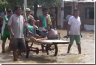 Военнослужащие Перу эвакуировали жертв наводнения с помощью вертолета