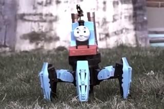 Детский паровозик-паук уничтожил армию солдатиков огнеметом