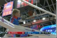 В США мальчик помог баскетболистам достать застрявший над кольцом мяч