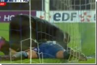 Летевший в пустые ворота мяч остановился в грязи в матче Кубка Франции