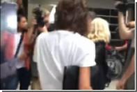 Папарацци в аэропорту Лос-Анджелеса спели Виктории Бекхэм в честь дня рождения