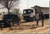 Дубайский принц на Gelandewagen помог вытащить грузовик из песка