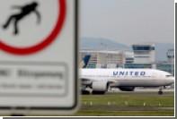 Авиапассажиру пригрозили наручниками и выгнали из салона первого класса