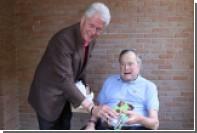 Билл Клинтон подарил Бушу-старшему веселые носки