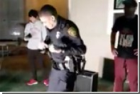 Американский полицейский научил подростков танцевать сальсу на вечеринке