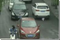 В Китае над двухлетней девочкой проехали две машины