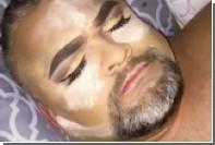 Американка сделала макияж спящему отцу