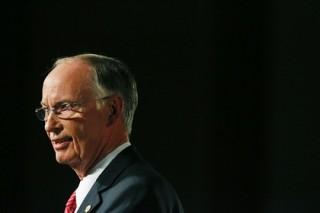 Губернатор Алабамы покинул свой пост из-за финансовых нарушений