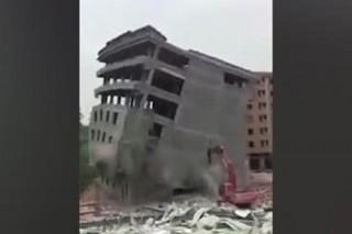 В Китае сносимый дом рухнул на экскаватор