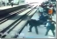 Пожилой китаец прыгнул под поезд и выжил
