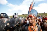 Индейцы Бразилии с луками и стрелами устроили драку с полицией