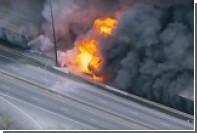 В США из-за сильного пожара рухнул пролет автомобильной эстакады