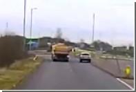 Пьяная британка с ребенком в машине взлетела в воздух на перекрестке
