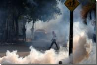В Венесуэле бунтующих граждан попытались разогнать слезоточивым газом